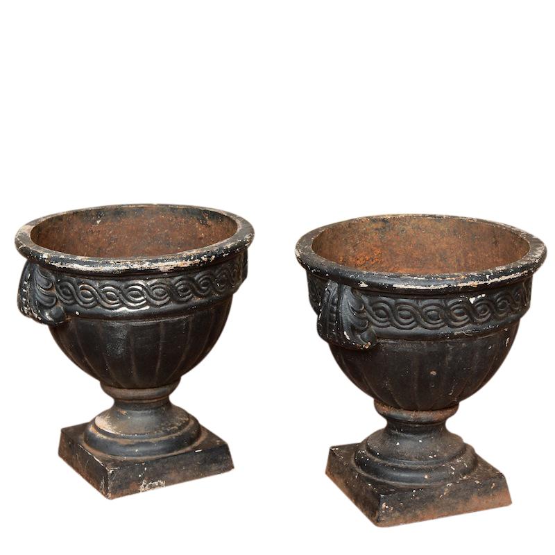 Gatria black urns (pair)