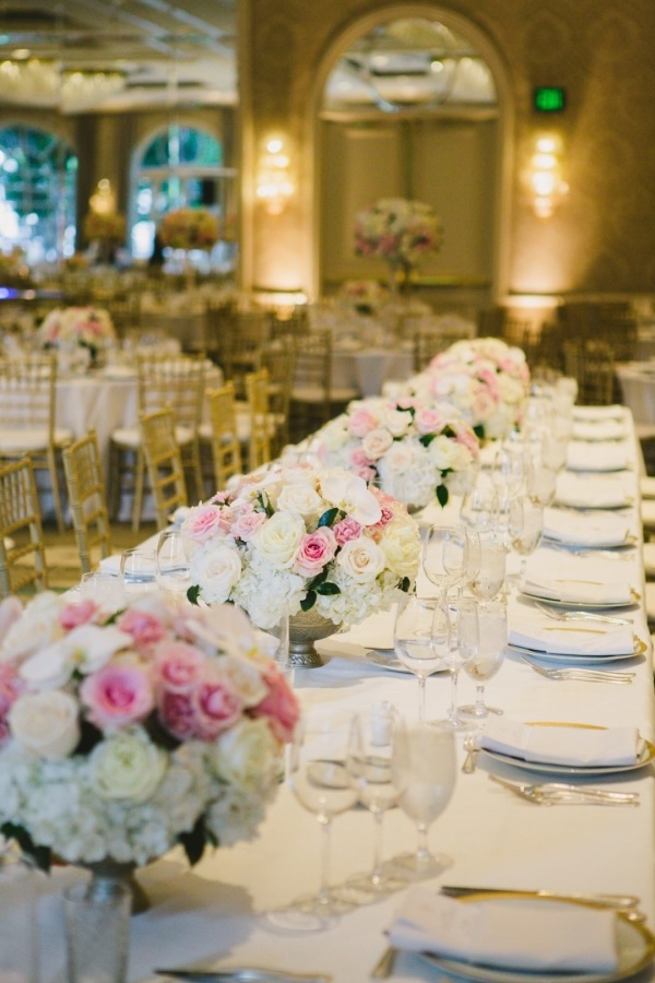 Family-Style-Table-at-Wedding-600x900